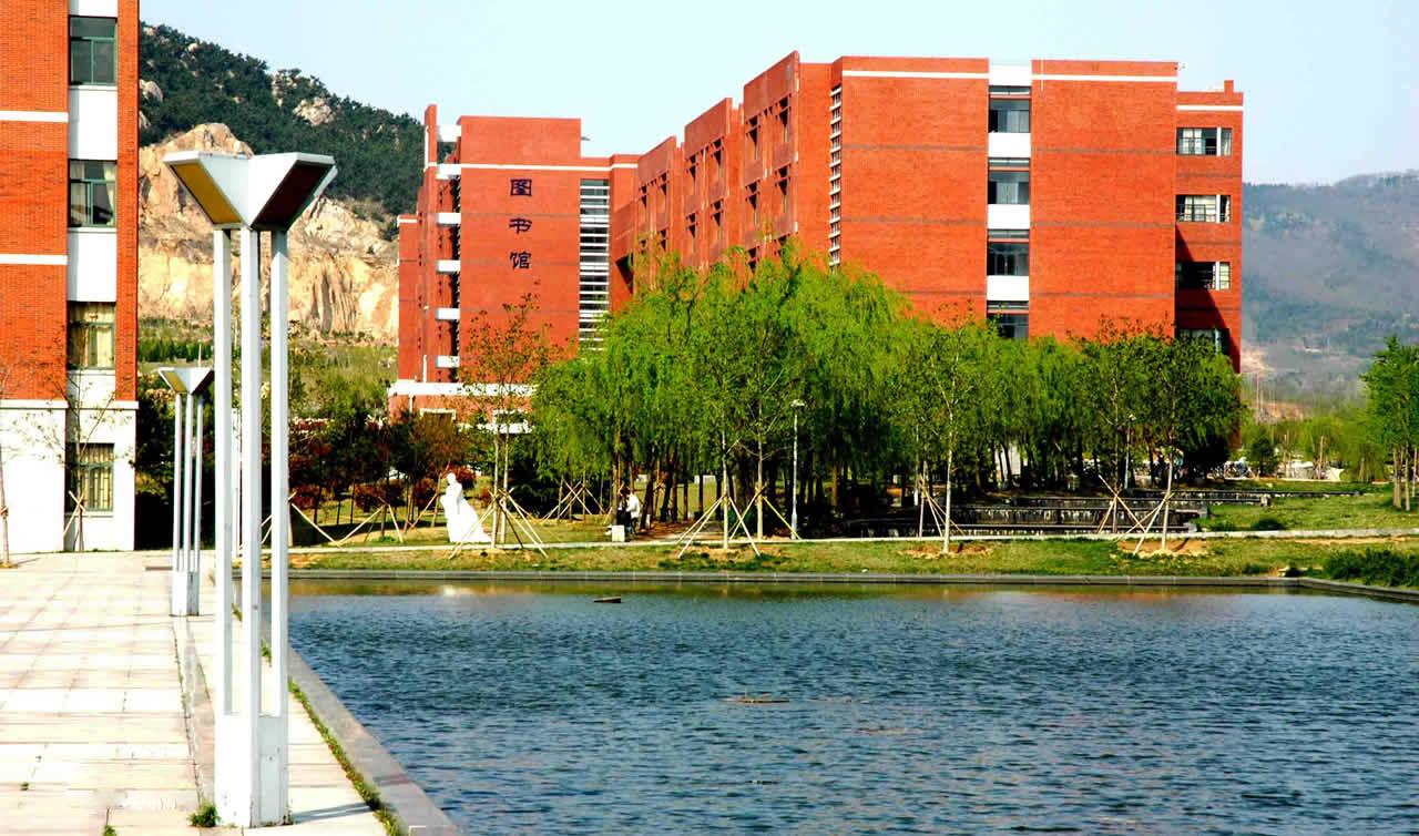 山东科技大学建校于1951年,现已发展成为一所工科优势突出,行业特色鲜明,工学、理学、管理学、文学、法学、经济学、教育学等多学科相互渗透、协调发展的省属重点大学。学校是山东省重点建设的5所应用基础型人才培养特色名校之一。 学校在青岛、泰安、济南三地办学,总占地面积243万平方米(3640余亩),建筑面积140万平方米,固定资产总.