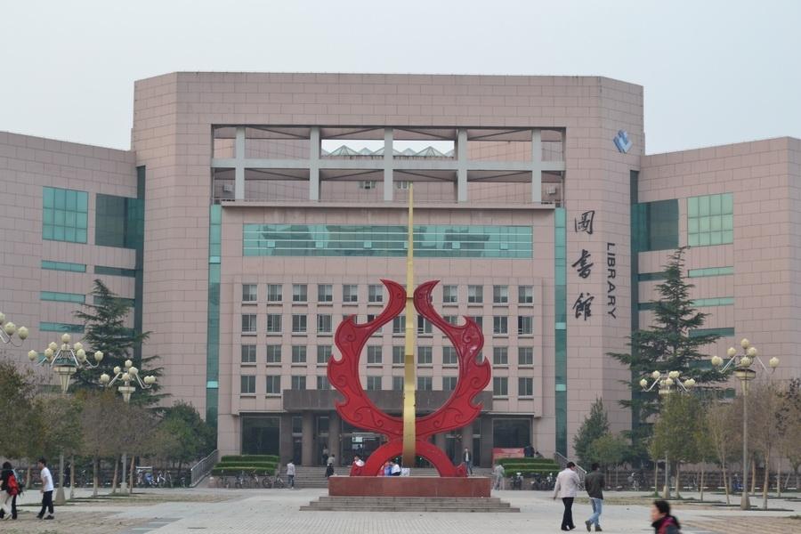 潍坊学院 :春满校园_中国大学生在线; 潍坊学院办公室环境特写-金针